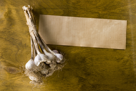 fresh garlic bunches on vintage wooden surface Imagens