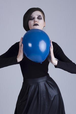 mimo: Mime de la mujer joven con la bola azul Foto de archivo