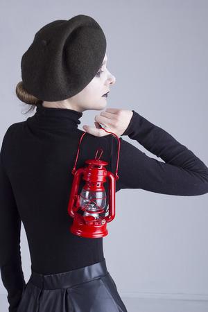 mimo: Mime de la mujer joven con la linterna roja