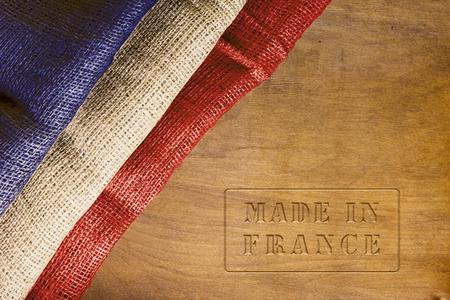フランス - フランスの国旗とポスターで行われました。