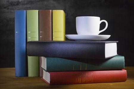 Boeken in veelkleurige covers op de houten tafel