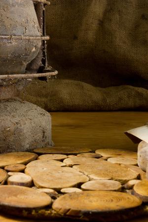 Vecchia lampada su un tavolo di legno in background di licenziamento Archivio Fotografico - 83737229