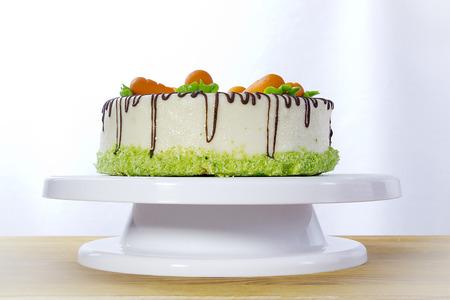 Torta di carote fatta in casa su un supporto bianco Archivio Fotografico - 93939368