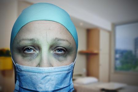 Una sala en un hospital para pacientes con cáncer, un retrato de una mujer en un hospicio. Póster. Foto de archivo - 95408009