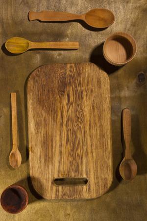 Accesorios de cocina de madera sobre una mesa de madera Foto de archivo - 96223402
