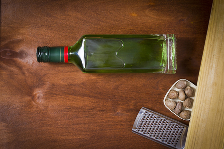 Bottle with absinthe on a wooden background Banque d'images - 98916506