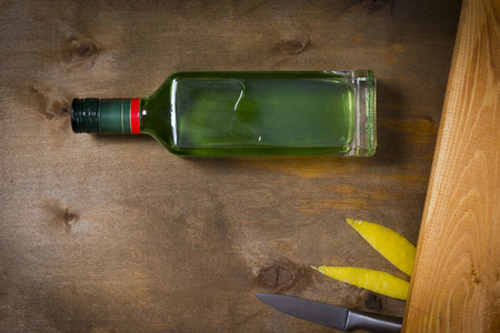 Bottle with absinthe on a wooden background Banque d'images - 99786959