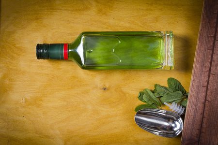Bottle with absinthe on a wooden background Banque d'images - 100216491