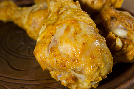Chicken thighs fried in garlic sauce close-up Banque d'images