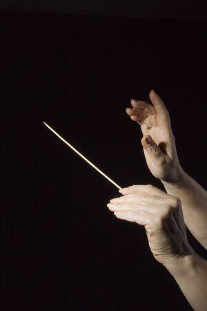 Kobiece ręce dyrygenta orkiestry na czarnym tle Zdjęcie Seryjne