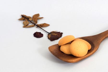 cikolatali: Plain butter cookies on wooden ladle , white background.