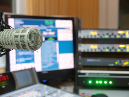 radio microphone: Estaci�n de radio