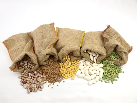 Sacos de yute con un legumbres variadas