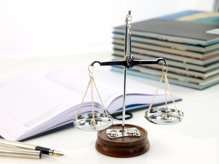 Schalen van rechtvaardigheid met boeken