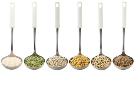 leguminosas:  Varios tipos de legumbres con cucharas  Foto de archivo