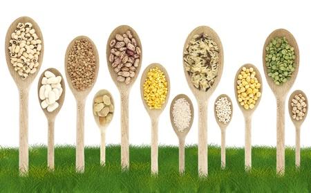 leguminosas: Legumbres en cucharas como �rboles en un campo de c�sped