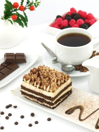 tiramisu: Tiramisu dessert et une tasse de caf� sur une table.