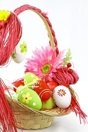 egg plant: Coloridas huevos de Pascua en una cesta  Foto de archivo