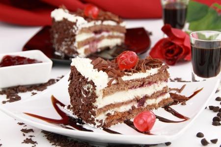 slice cake: Foresta Nera, una tradizionale torta tedesca con liquore ciliegio