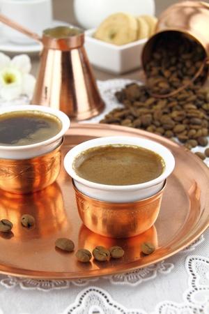 greek pot: Tavola apparecchiata con caff� greco o turco in stoviglie tradizionali