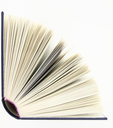 apriva: Libro aperto isolato su sfondo bianco