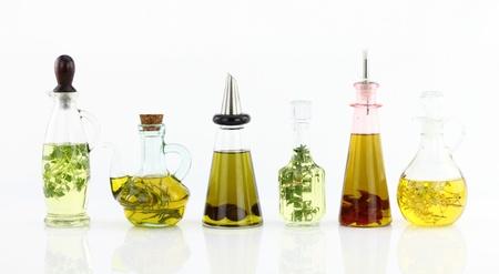 aceite de cocina: Varias botellas de aceite de oliva con hierbas dentro Foto de archivo