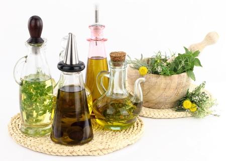 vijzel: Mortier en een stamper met kruiden en olijfolie flessen