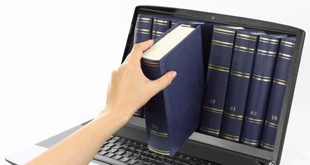 biblioteca: Equipo port�til con libros, aislados en blanco