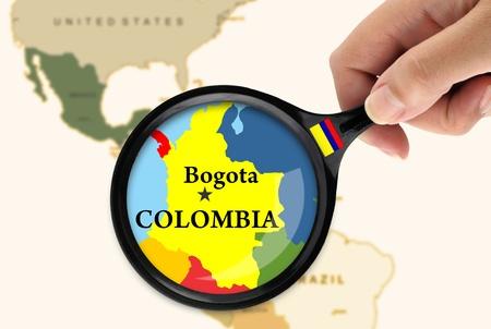 bandera de colombia: Lupa sobre un mapa de Colombia Foto de archivo