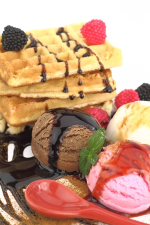 Waffles con helado de vainilla, fresa y chocolate  Foto de archivo