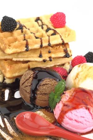 helados: Waffles con helado de vainilla, fresa y chocolate  Foto de archivo
