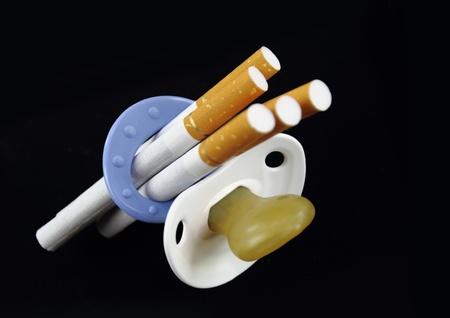 youth smoking: La maternidad y el cigarrillo Foto de archivo