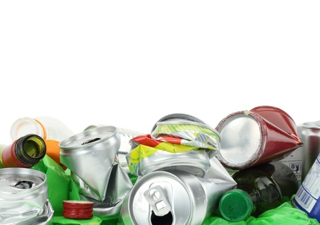 lata de refresco: Basura aisladas sobre fondo blanco Foto de archivo