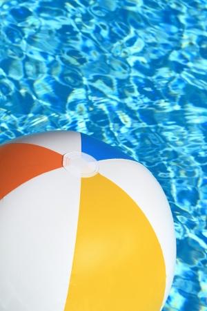 bola de billar: Verano de fondo. Pelota de playa en la piscina