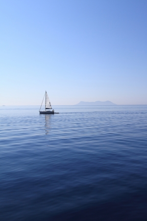 paisaje mediterraneo: Velero en el mar Foto de archivo