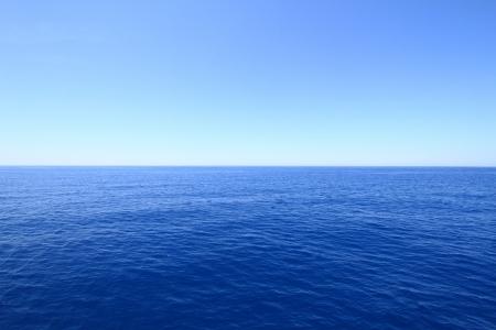 Mar azul cielo y el horizonte