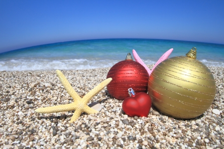 feliz navidad: Christmas ornaments on the beach