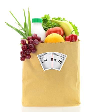 balanza en equilibrio: Dieta saludable. Los alimentos frescos en una bolsa de papel
