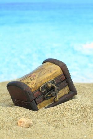 cofre del tesoro: Cofre del tesoro en una playa cerrada