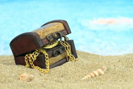 cofre del tesoro: Cofre del tesoro en una playa Foto de archivo
