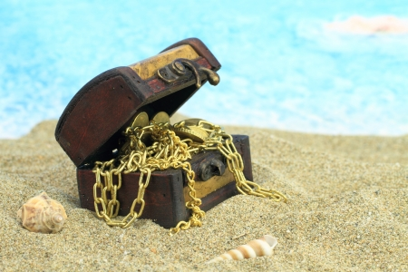 treasure chest: Cofre del tesoro en una playa Foto de archivo