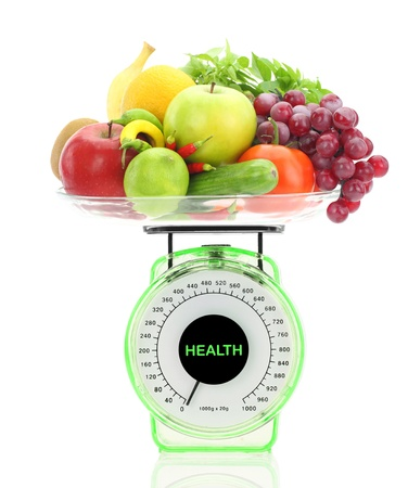 La alimentación saludable. Balanza de cocina con frutas y verduras