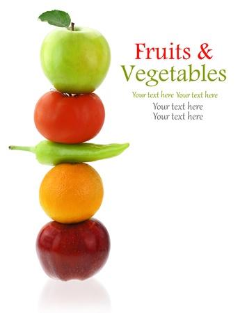 brochetas de frutas: Frutas y verduras frescas aisladas en blanco