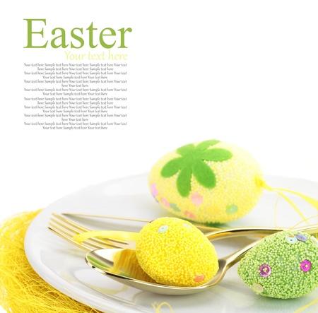 pascuas navide�as: Pascua ajuste de la tabla con los huevos y los cubiertos Foto de archivo