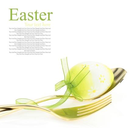 pascuas navide�as: Pascua men�. Cuchara con tenedor y huevo de Pascua Foto de archivo