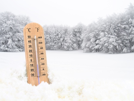 frio: Termómetro en la nieve
