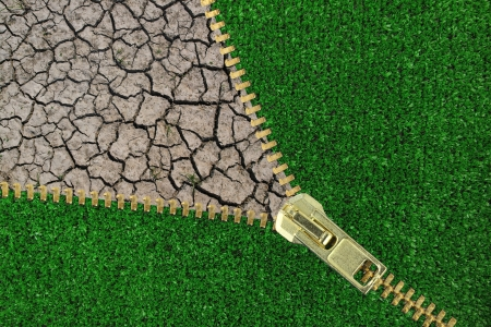 calentamiento global: Calentamiento Global. Cremallera con hierba y tierra agrietada