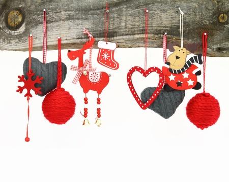 juguetes antiguos: Ornamentos de la Navidad que cuelgan en un fondo de madera Foto de archivo