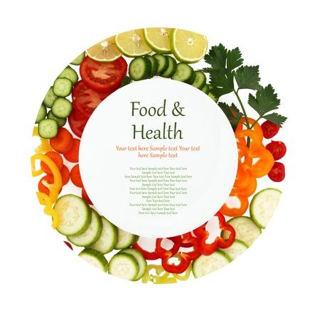 verduras: Plato vacío con verduras en rodajas a su alrededor