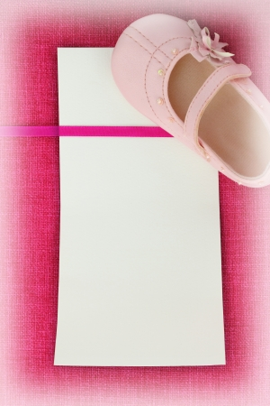bautismo: Tarjeta vacía en la textura de la tela rosa Foto de archivo